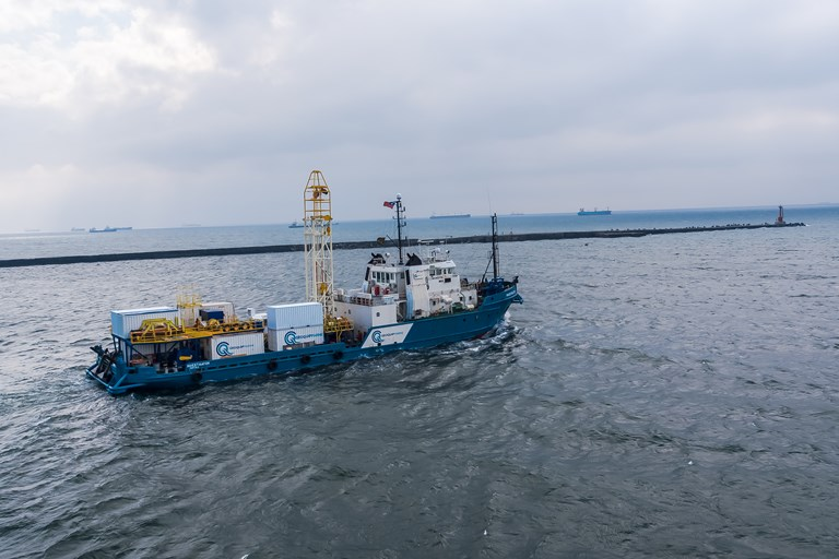MV Investigator heading out to sea with GMR300 drilling rig